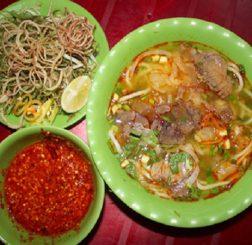 Bún bò Huế là món ăn đậm hương sắc của miền Trung