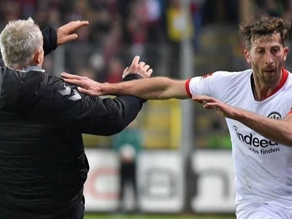 Cầu thủ xô ngã HLV Freiburg nhận án treo giò 7 tuần và nộp tiền phạt